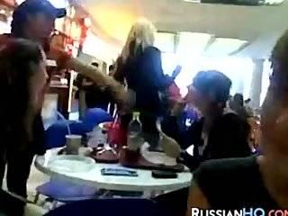 Русская маструбирует ресторане видео