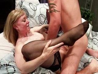 Порно молодых мамаш в чулках