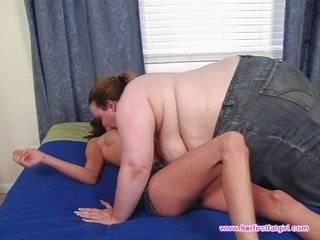 Маладые толмтая и худая лезбиянки