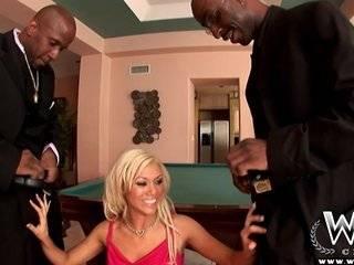 Порно в клубе блондинка