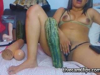 Женщина засовует в жопу огурец