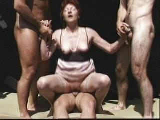 Групповое порно с бабушкой