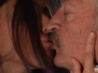 Русское порно попросила дедушку полизать