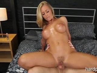 Блондинка мастурбирует видео
